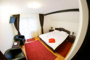 Dormitor cu pat matrimonial - Casa Andreea